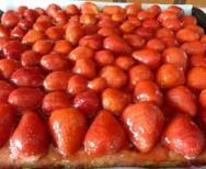 Blechkuchen mit Erdbeeren