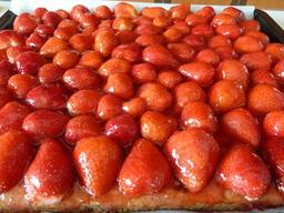 blechkuchen mit erdbeeren blechkuchen erdbeeren rezept tortengelee. Black Bedroom Furniture Sets. Home Design Ideas